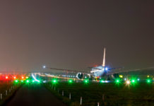 Самолет на взлетно-посадочной полосе готовится к взлету в аэропорту Шопена в Варшаве
