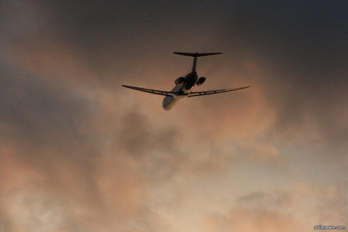 Взлет самолета в вечернее время