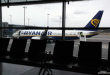 Самолет Ryanair на перроне в аэропорту