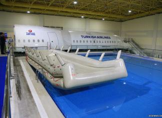 Аварийный надувной трап самолета в бассейне