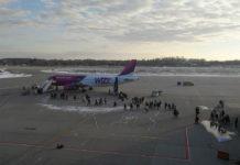 Посадка пассажиров в самолет Wizz Air