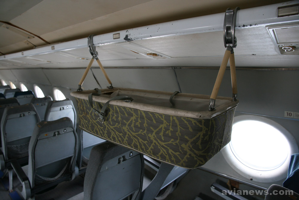 Люлька для младенцев в салоне Ту-134