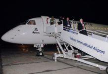 Пассажиры выходят по трапу самолета в аэропорту Одесса