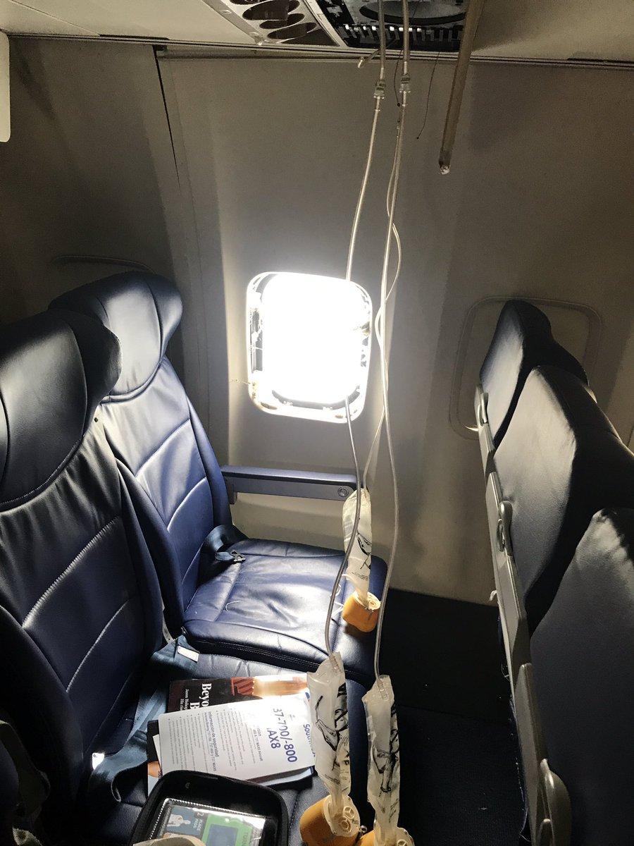 Разбитый иллюминатор Boeing 737-700 Southwest. Фото: Matt Tranchin