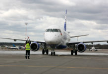 "Новый Embraer 175 ""Белавиа"" заруливает на место стоянки"