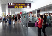 Пассажиры в аэропорту Борисполь, терминал D
