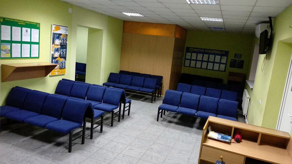 Новые кресла в зале ожидания