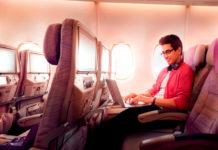 Пассажир пользуется интернетом на борту самолета