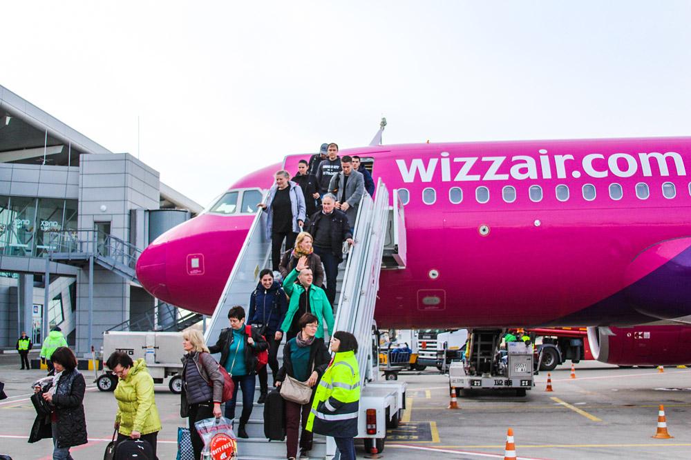 Первые пассажиры рейса Дортмунд-Харьков выходят из самолета