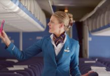 Стюардесса KLM нашла забытый пассажиром смартфон в салоне