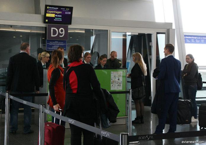 Посадка пассажиров на первый рейс Киев-Копенгаген в аэропорту Борисполь после длительного перерыва
