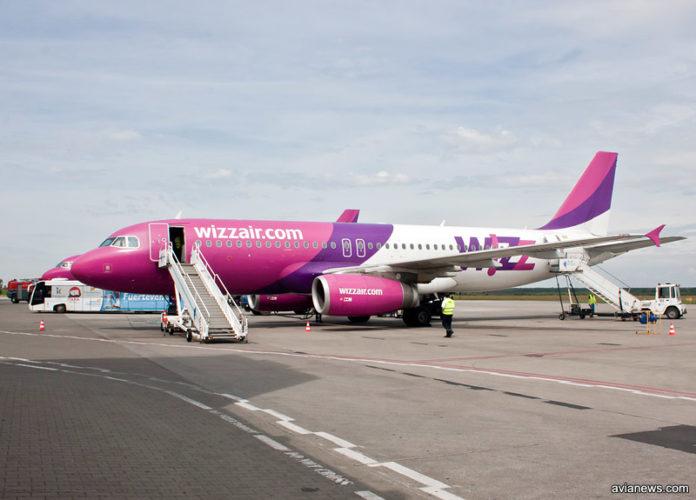 Самолет Wizz Air на перроне в аэропорту