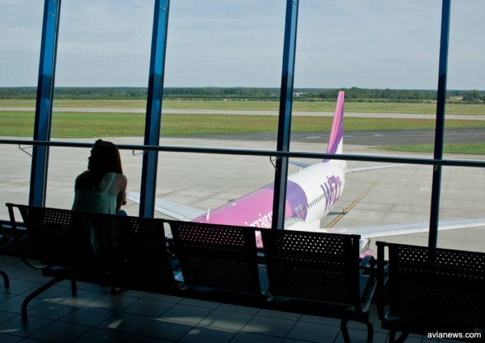 Пассажир на фоне самолета Wizz Air