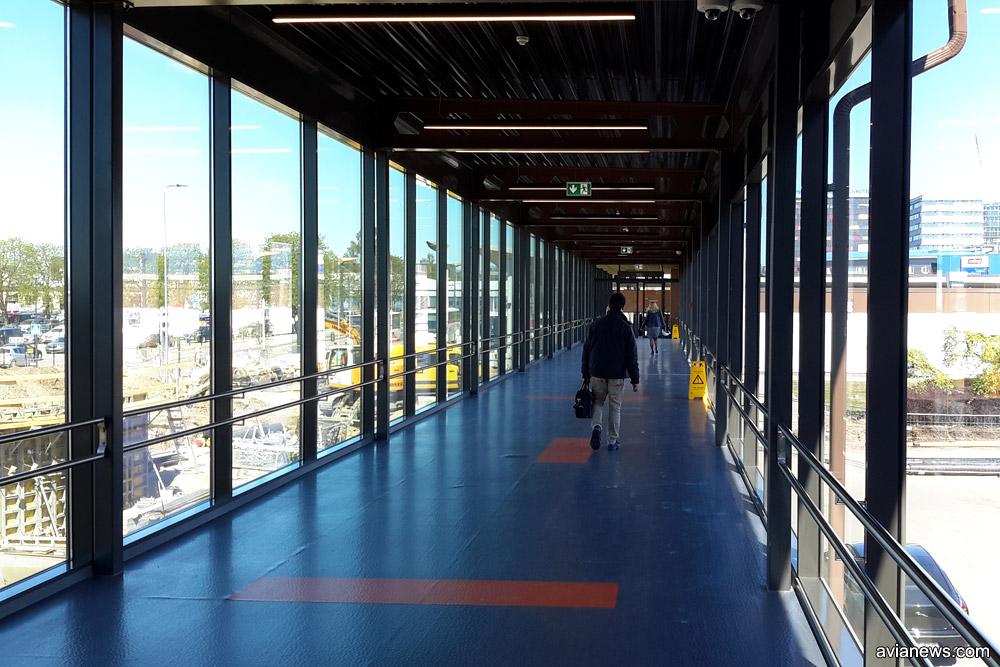 Галерея от терминала к остановке трамваев и автобусов в город