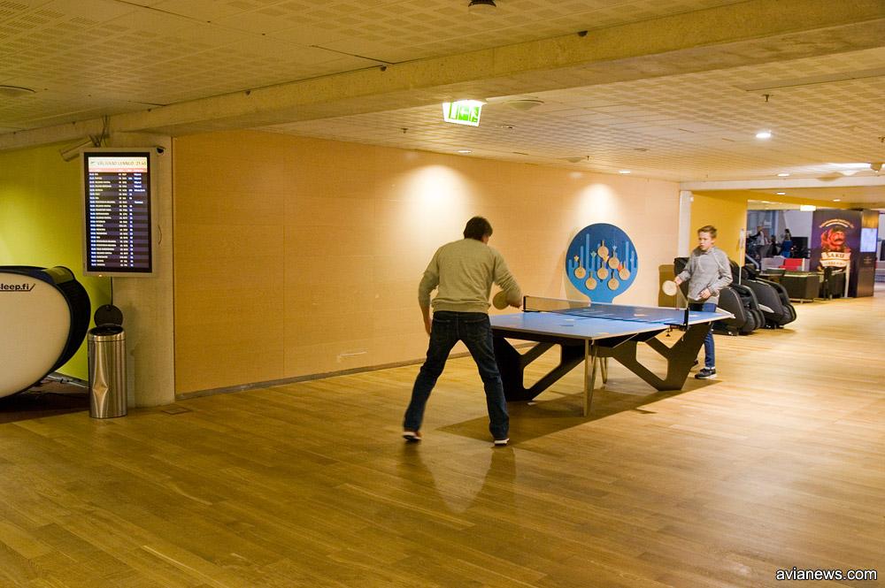 Пассажиры играют в настольный теннис в аэропорту Таллинн