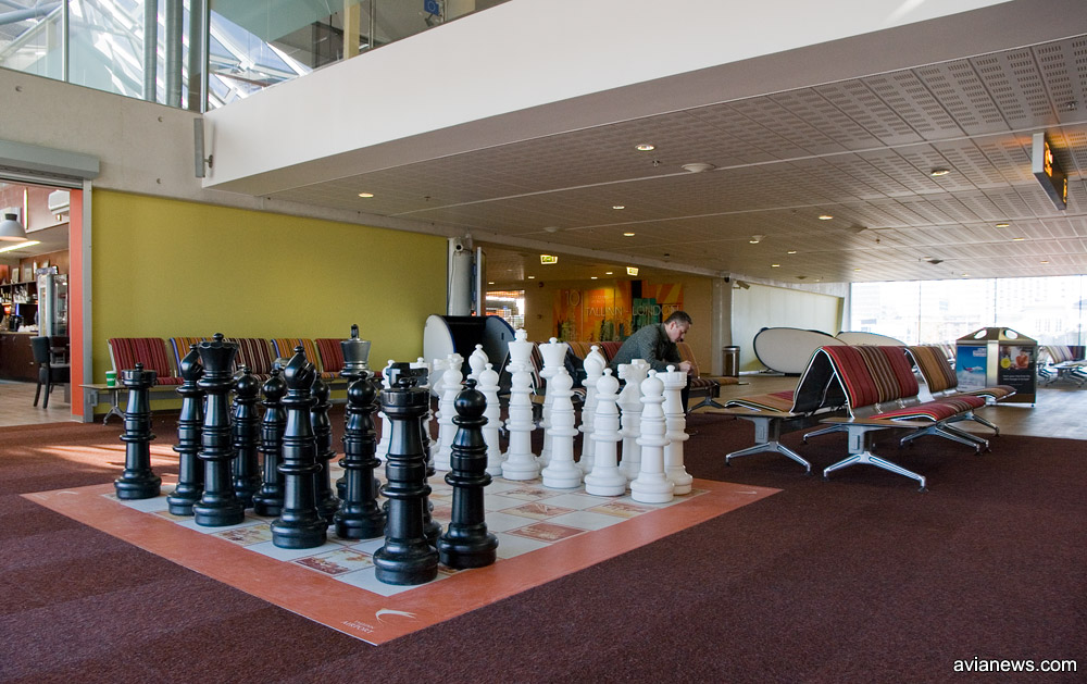 Большие шахматы перед выходом на посадку в аэропорту Таллинн