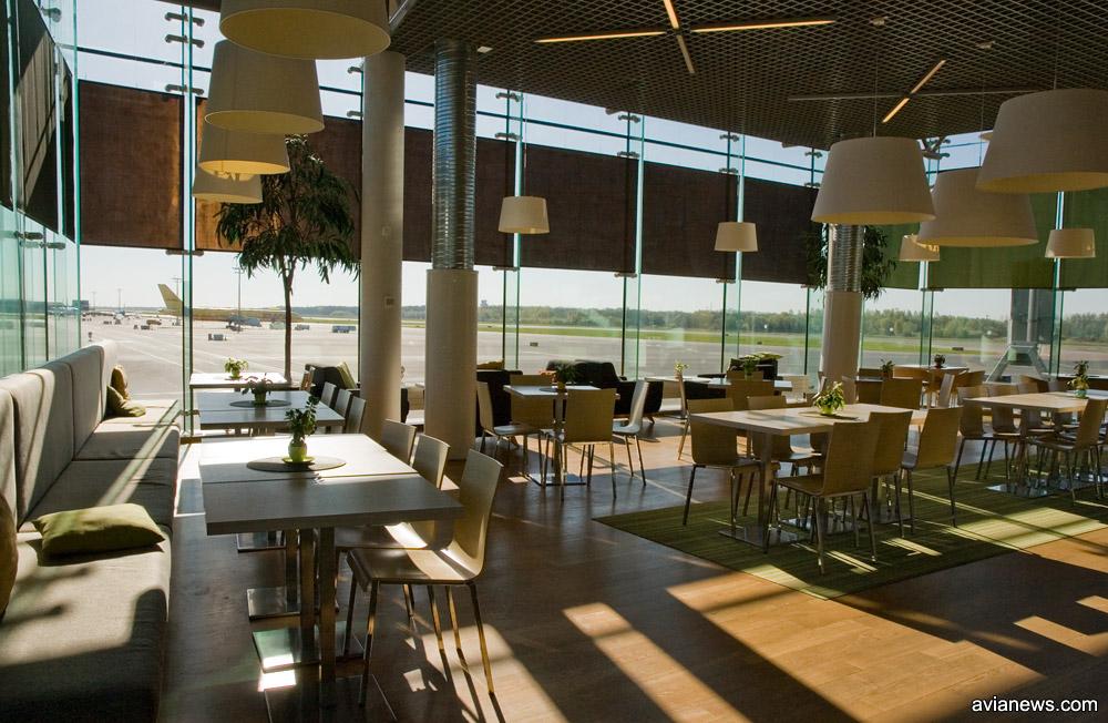 Кафе в зале вылета с видом на летное поле в аэропорту Таллинна