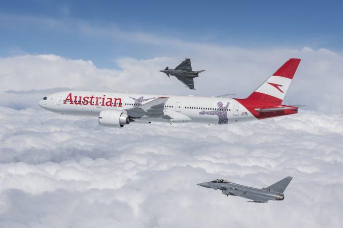 Boeing 777 в новой ливрее Austrian Airlines в сопровождении истребителей ВВС Австрии