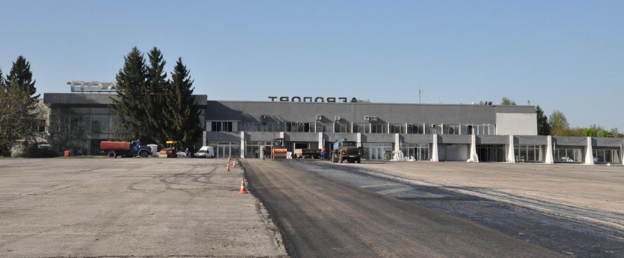 Вид на терминал аэропорта Полтава со стороны рулежной дорожки