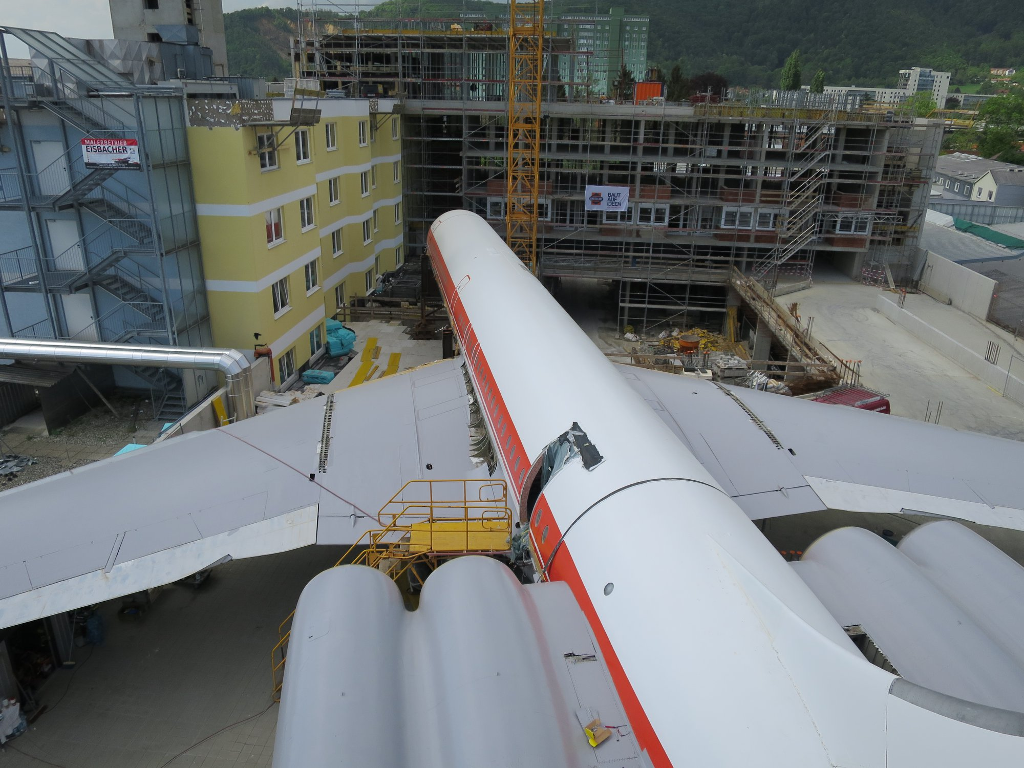 Ил-62 Hotel Novapark Graz в городе Грац перед моментом подъема