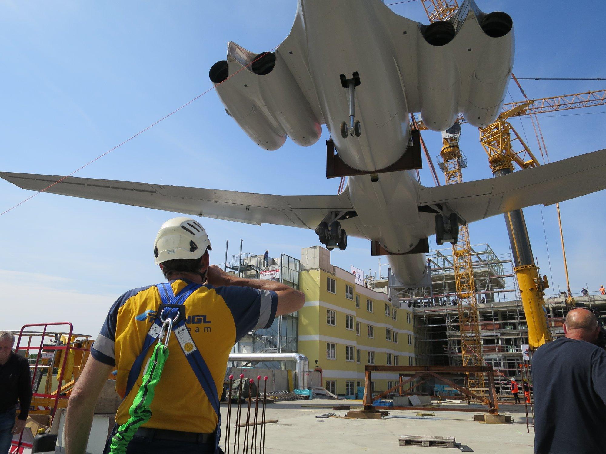 Операция по подъему Ил-62 Hotel Novapark Graz в городе Грац на крышу отеля