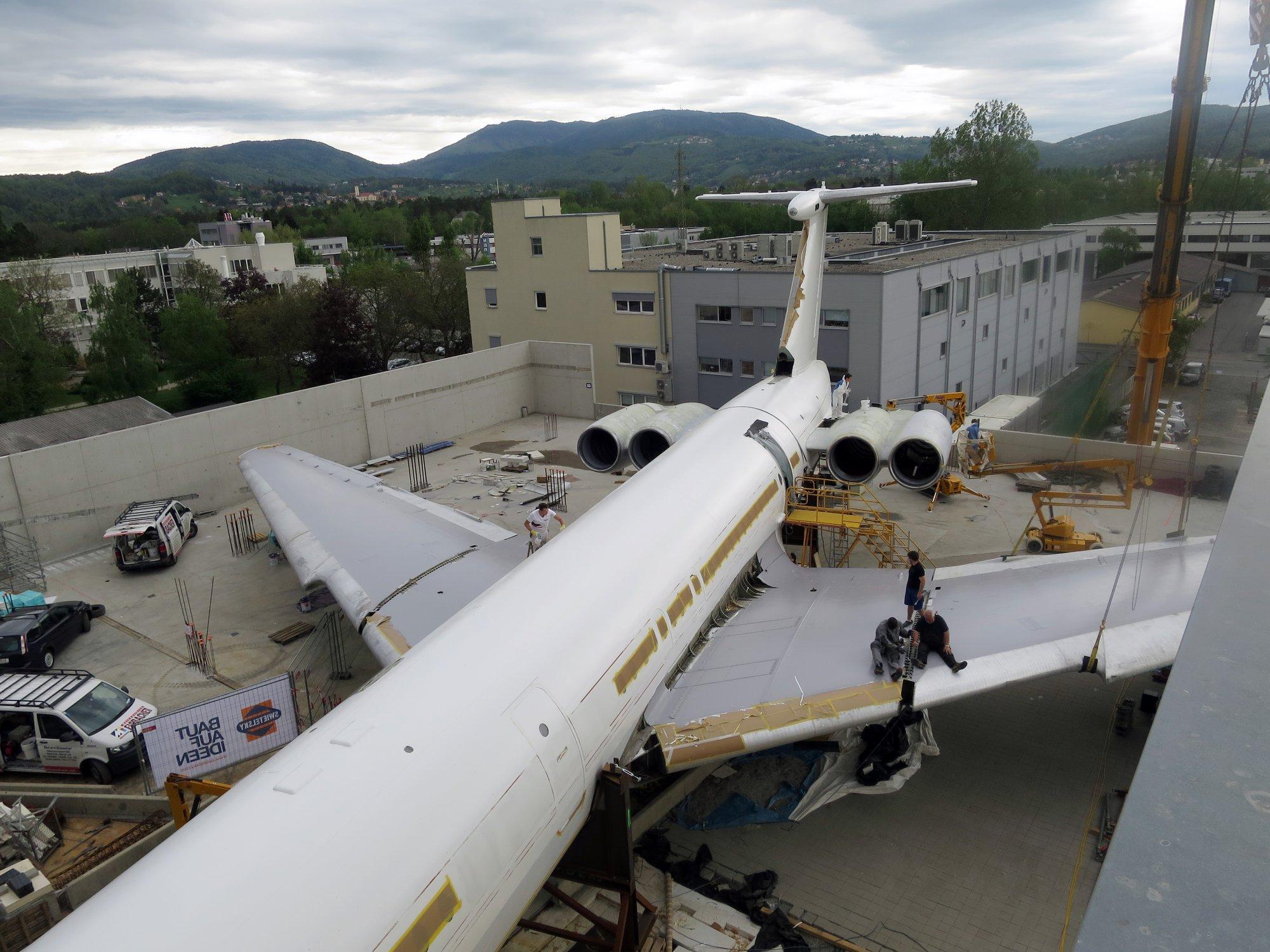 Ил-62 Hotel Novapark Graz в городе Грац в момент сборки и перекраски
