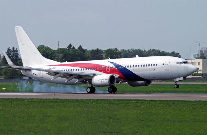 Посадка Boeing 737-800 UR-SQA авиакомпании SkyUP в аэропорту Жуляны
