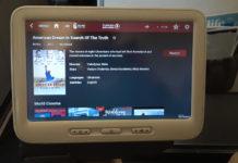 """Выбор фильма """"Американская мечта. В поисках правды"""" на экране бортовой системы развлечений в самолетах Turkish Airlines"""