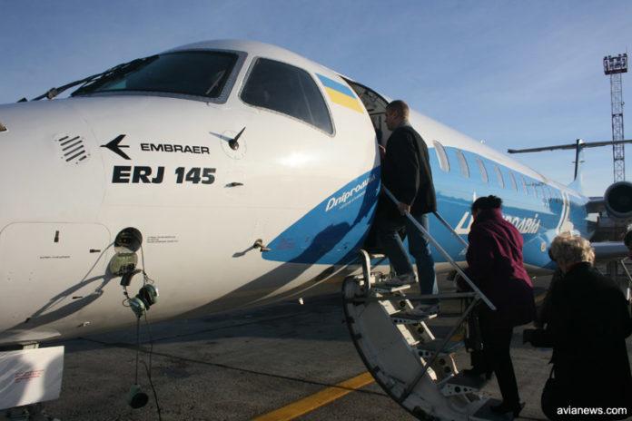 Посадка пассажиров в самолет Embraer 145