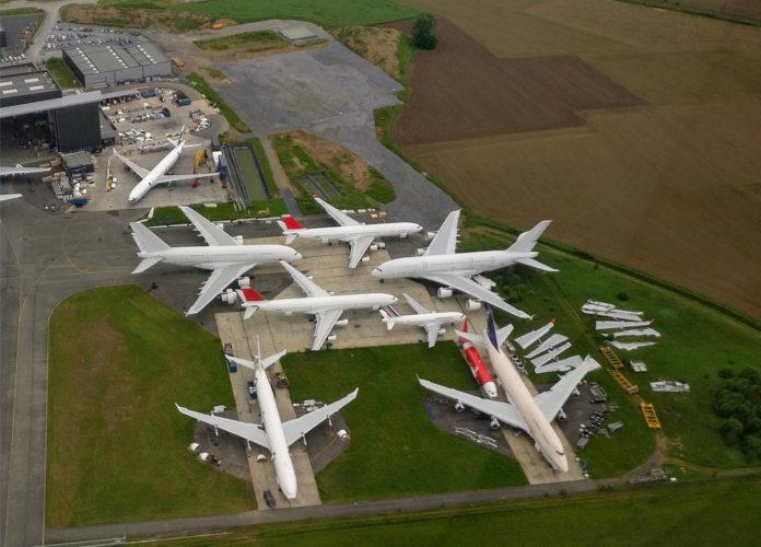 Два A380, которые планируется пустить на запчасти, на хранении в аэропорту Тарб, Франция