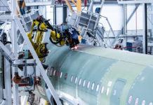 На новой линии сборки A320 в Гамбурге 80% работ в верхней части фюзеляжа по сверлению отверстий для последующей стыковки секций самолета выполняют роботы