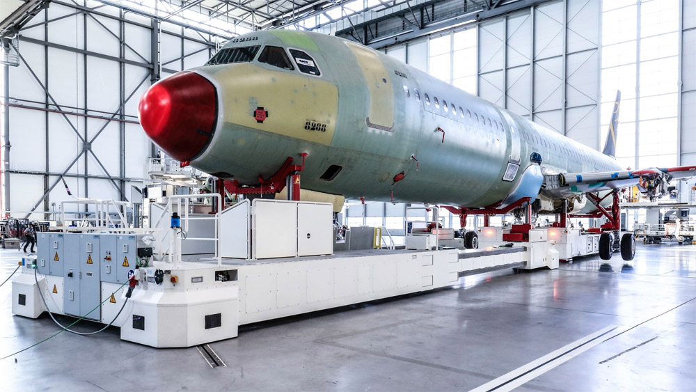 Автоматизированная платформа для перемещения самолетов по цеху на новой линии сборки A320 в Гамбурге. Фото: Airbus