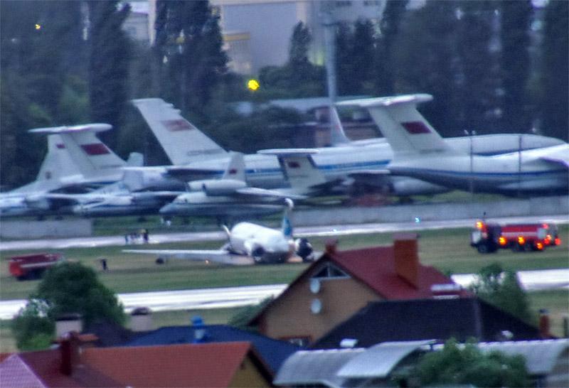 Самолет MD-83 UR-CPR Bravo Airways после жесткой посадки в Жулянах. Фото: Rostyk с форума avianews.com