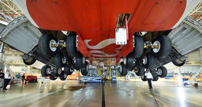 A380 Emirates поднят на домкратах во время замены стоек шасси