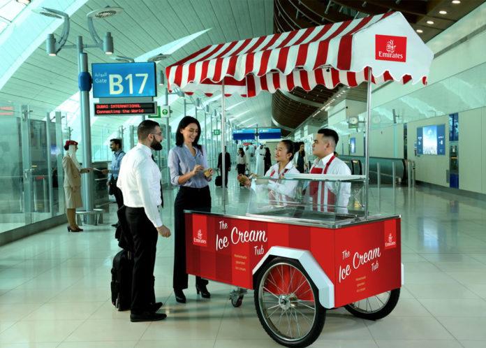 Тележки Emirates по раздаче бесплатного мороженого в аэропорту Дубая. Фото авиакомпании