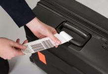 Багажная бирка на чемодане