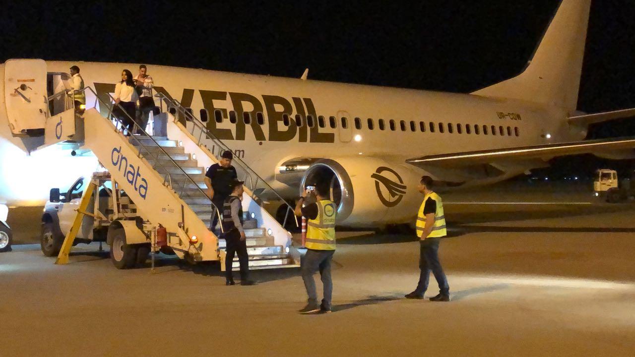 Высадка пассажиров в Эрбиле из самолета Boeing 737 с украинской регистрацией UR-CQW