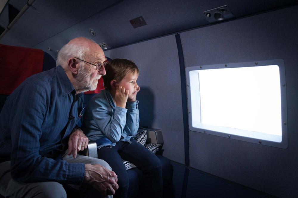 Арнольд со своим внуком на борту DC-3