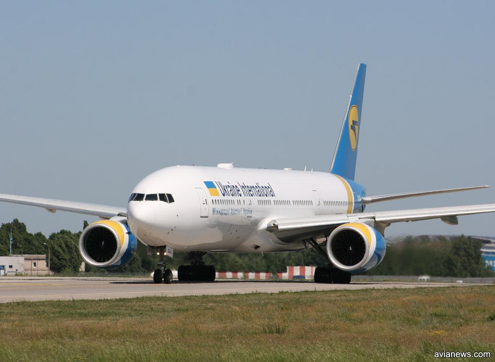 Boeing 777-200ER МАУ UR-GOA выруливает на взлет