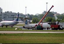 Демонтаж двигателя с выкатившегося в Жулянах MD-83 Bravo Airways