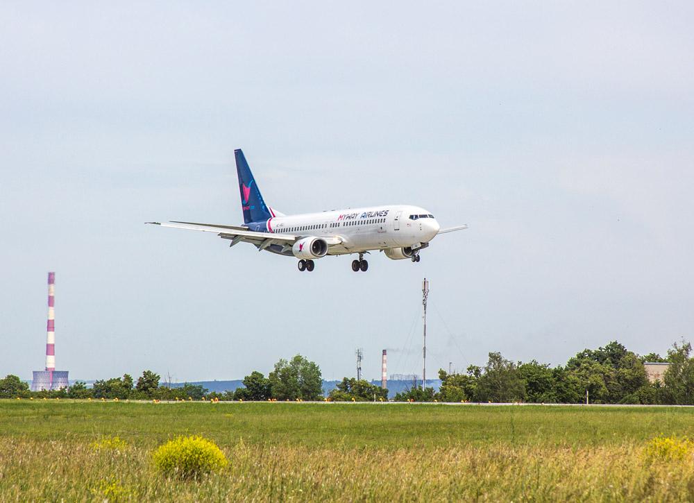 Boeing 737-800 Myway Airlines совершает посадку в Харькове