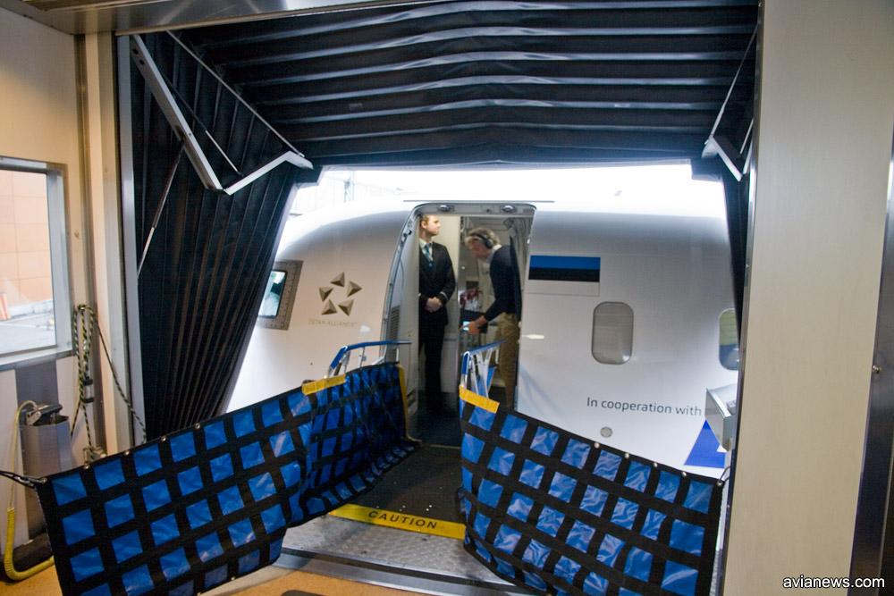 Телетрап, пристыкованный к самолету Nordica в аэропорту Таллинна
