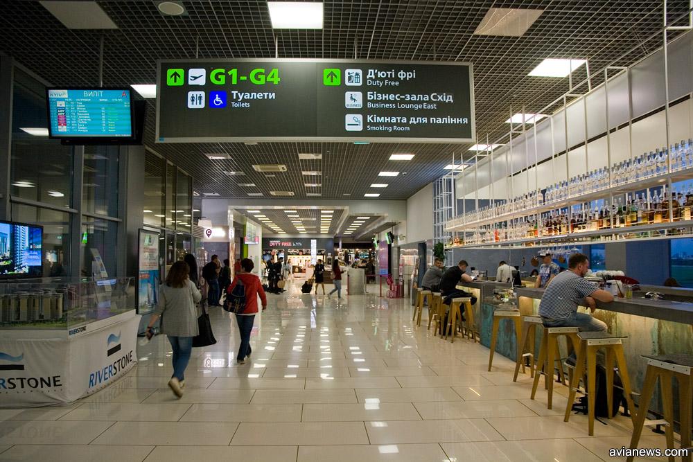 Ранним утром в международном терминале аэропорта Жуляны кипит жизнь