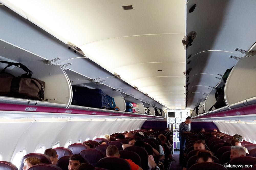 Багажные полки для размещения ручной клади в салоне самолета Wizz Air