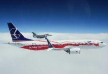 Истребитель F16 ВВС Польши сопровождает Boeing 737 MAX 8 LOT в специальной ливрее