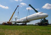 Эвакуация MD-83 Bravo Airways с летного поля в аэропорту Жуляны