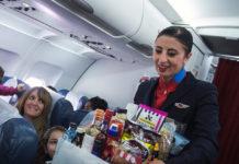 Бортпроводники продают еду во время полета пассажирам эконом-класса