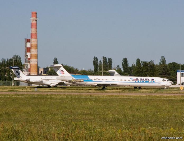 Старый самолет в аэропорту Борисполь