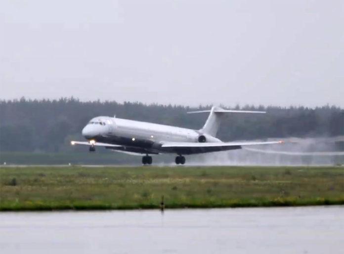 Посадка MD-82 Anda Air в аэропорту Борисполь после того, как самолет поймал птицу в двигатель
