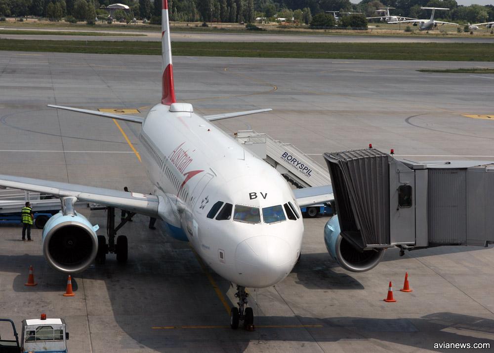 Airbus A320 OE-LBV Austrian Airlines, выпущенный в 2001 году. Самолет имеет характерный горбик - это антенна, которая позволяет выходить в интернет во время полета